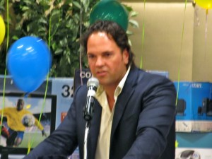 Mike Piazza speaking at CYO golf outing.