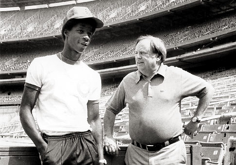 Darryl Strawberry (L) with Mets General Manager Frank Cashen.