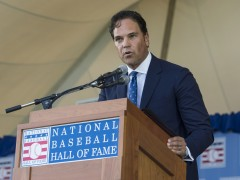 Mike Piazza Tips His Cap To Mets Fans